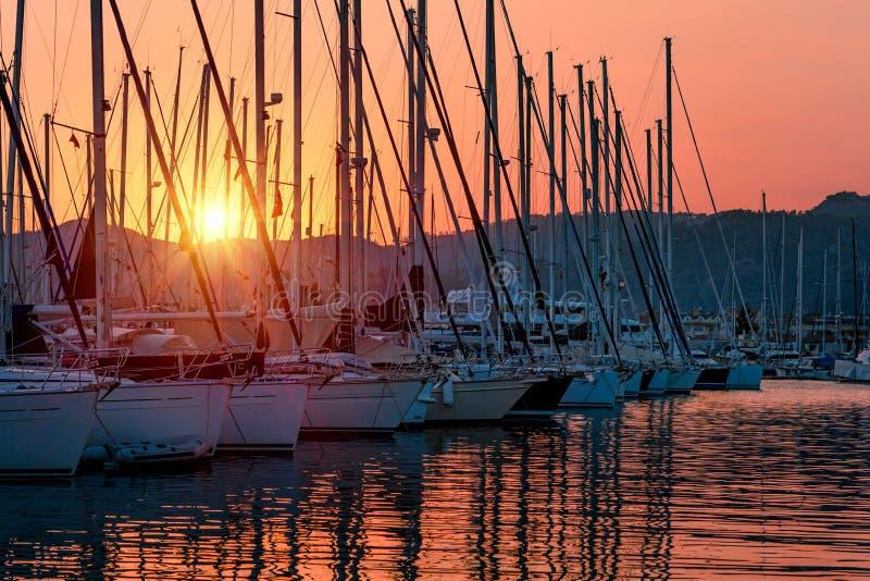 Zeilboten op zonsondergang royalty-vrije stock foto