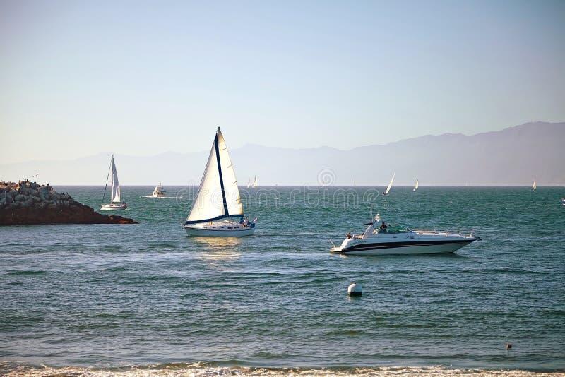 Zeilboten terug naar Marina Del Rey in Californië stock afbeeldingen