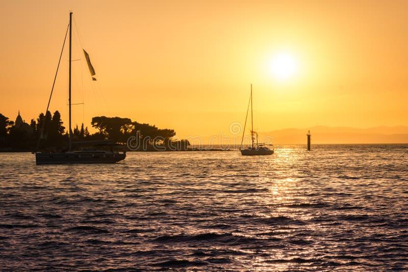 Zeilboten in zonsondergang, Kroatië stock afbeeldingen