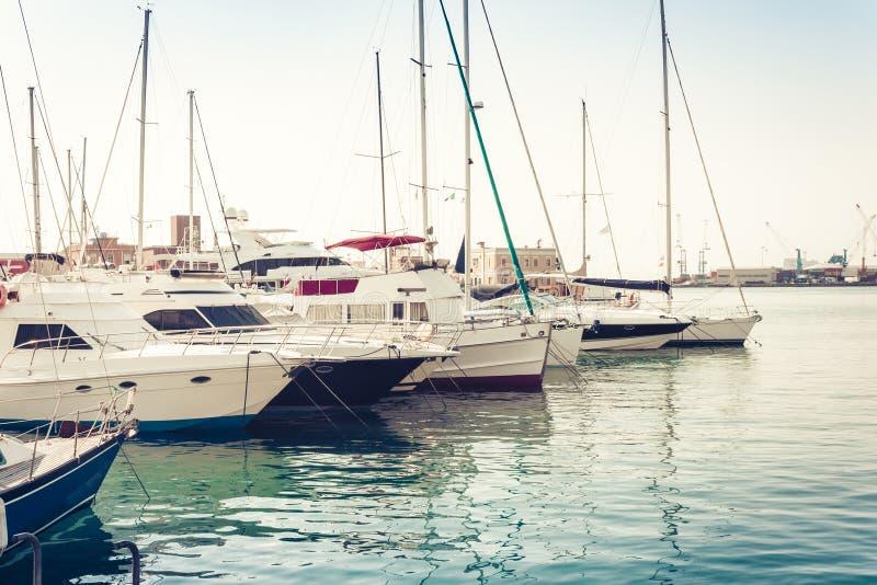 Zeilbotenboten en schepen in Catanië Port Authority stock foto's