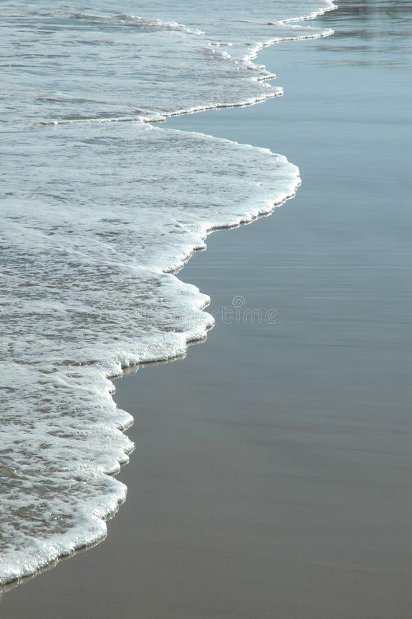 Zeile der kleinen Wellen stockfoto