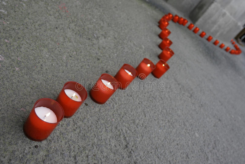 Zeile der roten Kerzen lizenzfreie stockbilder