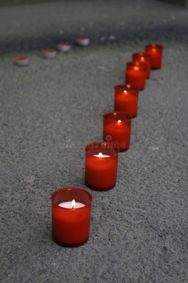 Zeile der roten Kerzen stockfotos