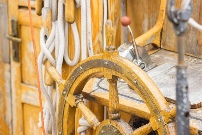 Zeilen, roer van oude houten zeilboot in haven van het varen royalty-vrije stock foto's