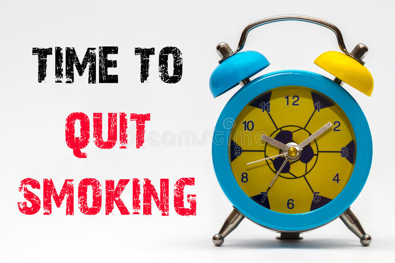 Zeit auf, einem weißen Hintergrund zu rauchen zu beendigen Retro- Alarmuhr stockfoto