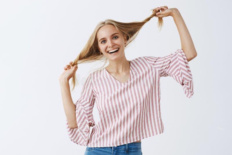 Zeit, aufgeteilte Enden loszuwerden Porträt der reizend und spielerischen emotionalen Blondine in der modischen gestreiften Bluse stockbilder