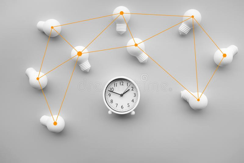 Zeit-, Datumsgrenzen- und Teamwork-Konzepte mit Gruppe der Glühlampe und des Weckers auf weißem Farbhintergrund stockbilder