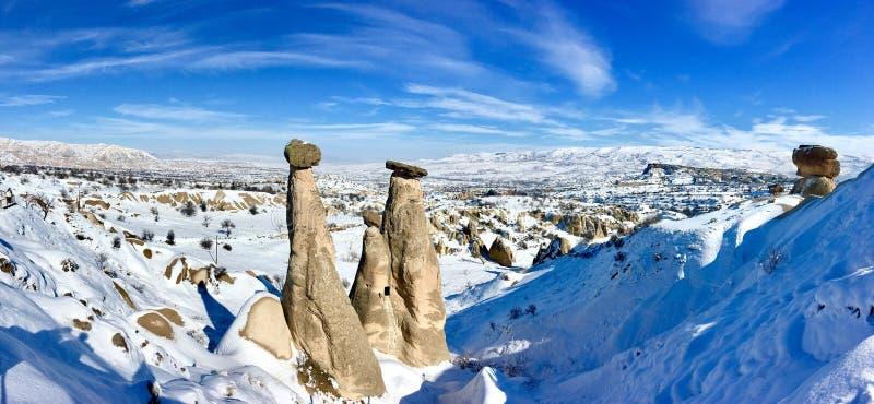 Zeit des verschneiten Winters bei drei Umgangsformen, drei guzeller Beautifuls uc Felsenhügel in Dervent-Tal Cappadocia, Nevsehir lizenzfreie stockfotografie