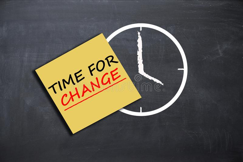 Zeit für Änderungskonzept mit Wecker- und Papieranmerkung über Schulbehörde lizenzfreies stockfoto