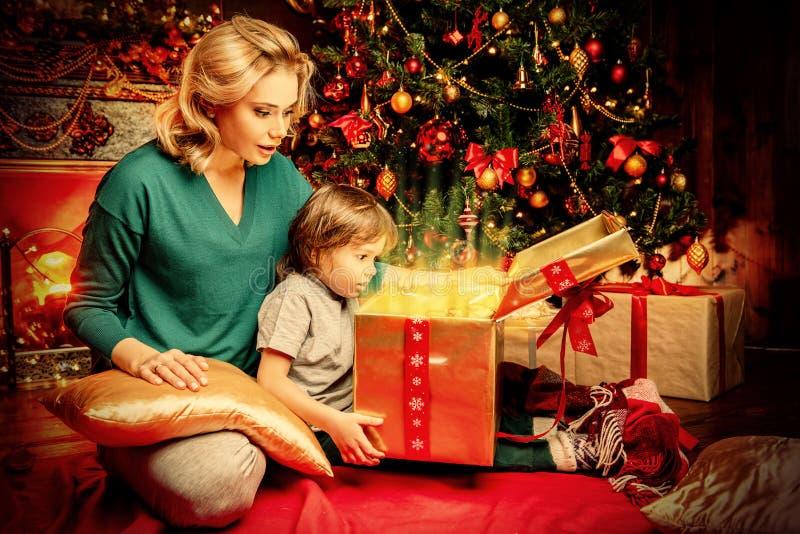 Zeit für das Erhalten von Geschenken lizenzfreies stockfoto