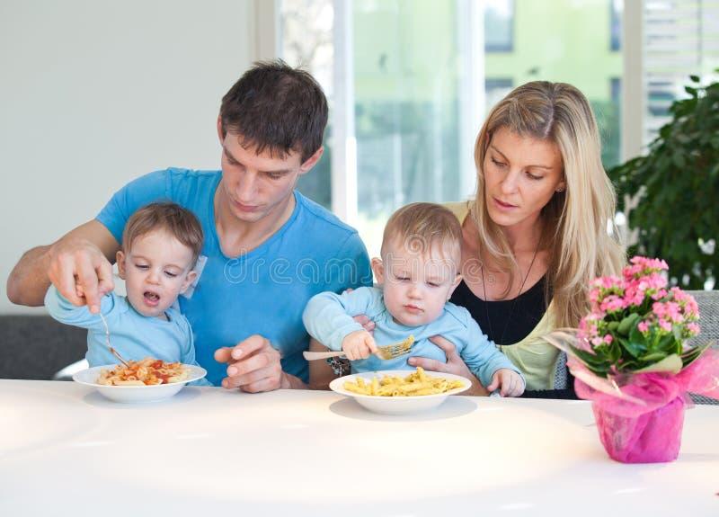 Zeit für kleine Zwillinge des Mittagessens lizenzfreie stockfotos