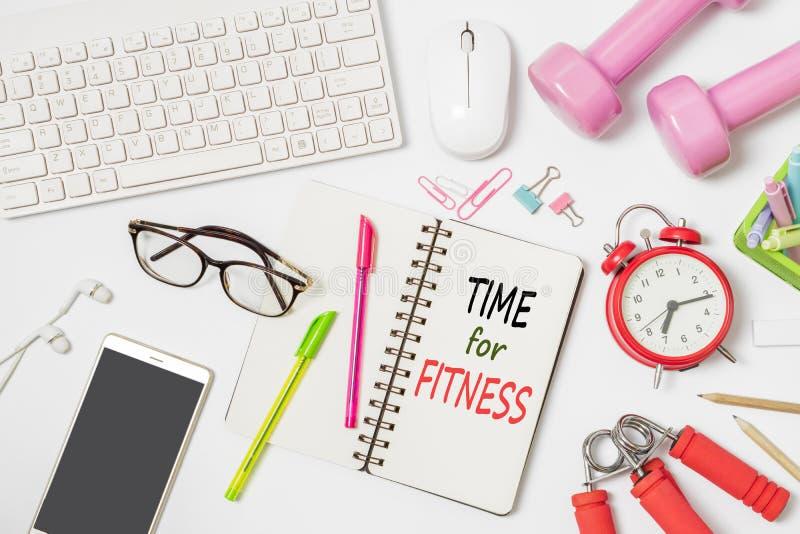 Zeit für Lebensstil-Hintergrundkonzept der Eignung aktives gesundes Flache Lage des Büroarbeitsplatzschreibtisches mit Tastatur u lizenzfreies stockfoto