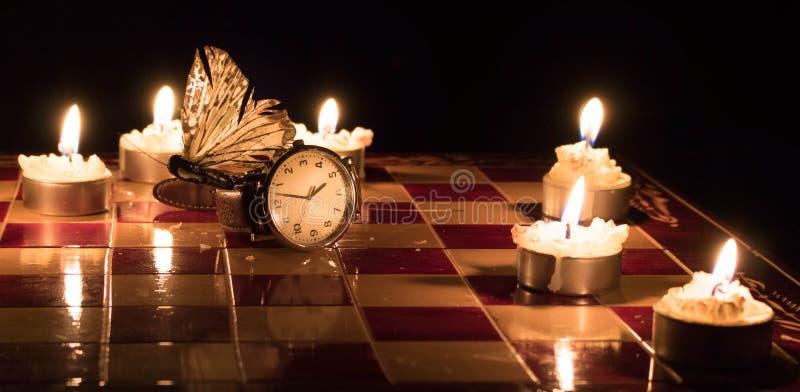 Zeit fliegt auf die Uhr lizenzfreie stockfotos