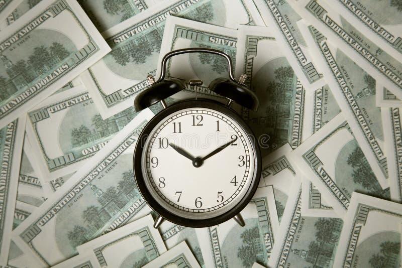 Zeit - Geld Die goldene Taste oder Erreichen für den Himmel zum Eigenheimbesitze Analoge Stunden auf einem Haufen des Papiers stockfotos