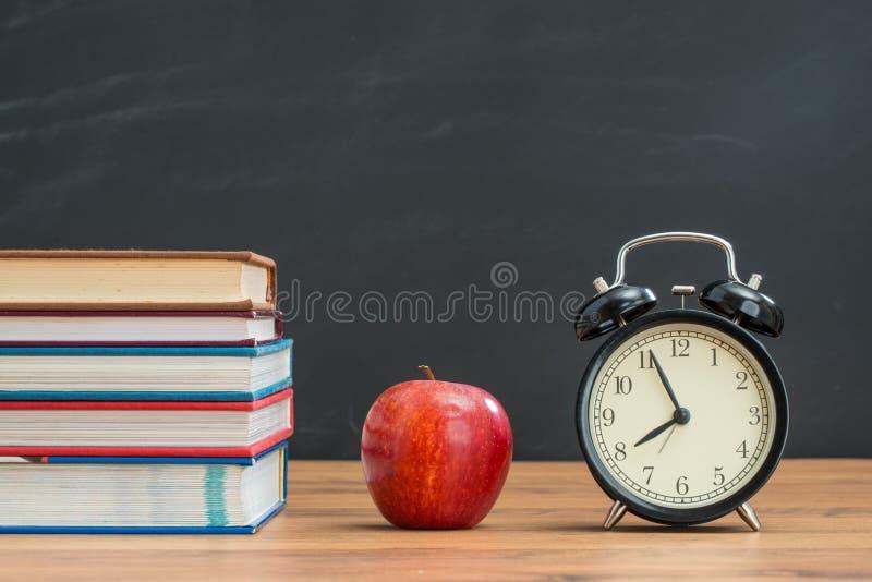 Zeit, gesundes Apfel für zurück zu Schule zu Mittag zu essen stockbilder