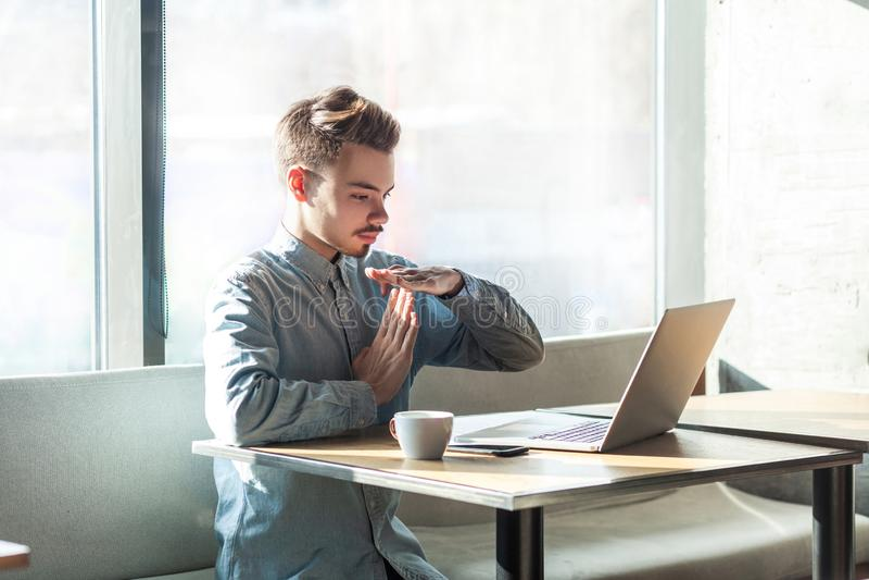 Zeit heraus! Seitenansichtporträt des Warnens des hübschen bärtigen jungen Freiberuflers im blauen Hemd sitzen im Café und machen stockbild