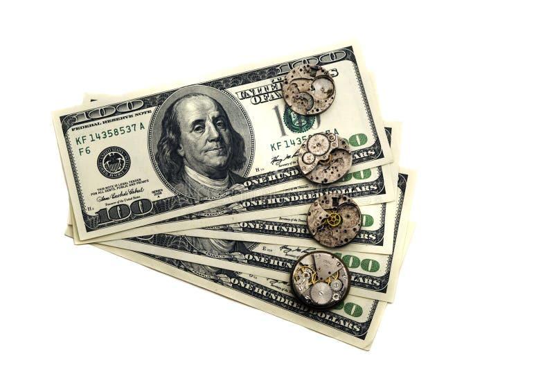 Zeit ist Geld Die alten Uhrmechanismen sind auf Dollar stockfoto