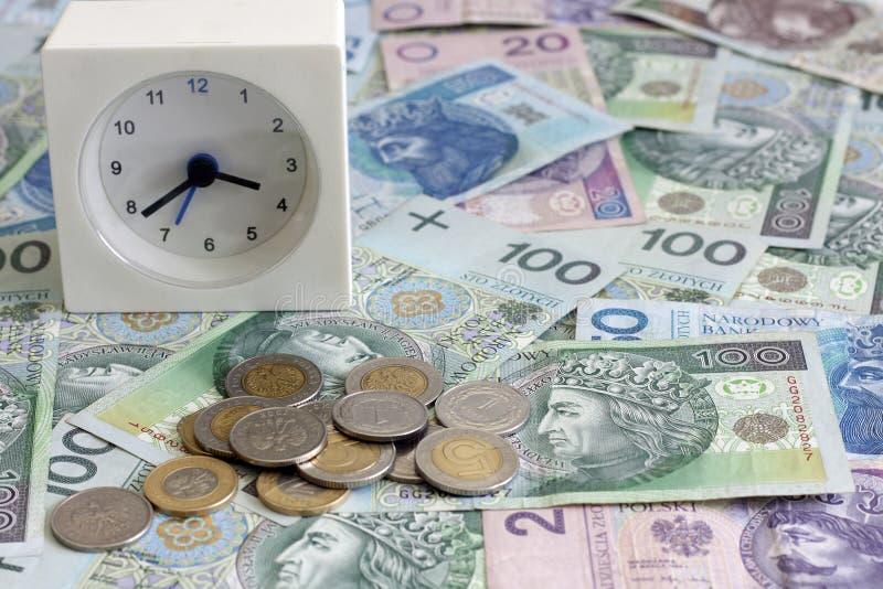 Zeit ist Geld Konzept mit polnischen Banknoten lizenzfreie stockfotos