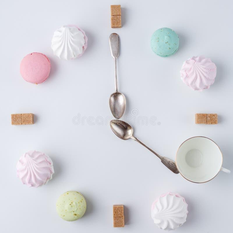 Zeit, Kaffee zu trinken eine Uhr in Form von Kaffee macarons, Zucker, Eibische kreative und kreative Arbeit stockfotos