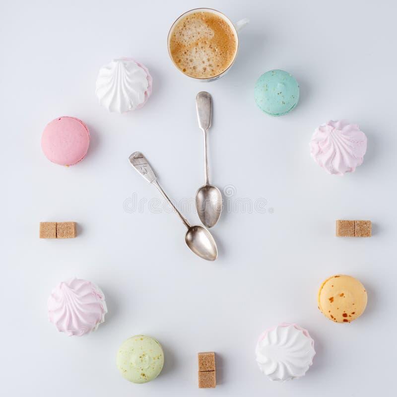 Zeit, Kaffee zu trinken eine Uhr in Form von Kaffee macarons, Zucker, Eibische kreative und kreative Arbeit stockbilder