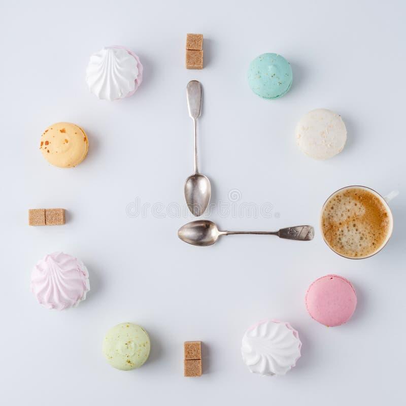 Zeit, Kaffee zu trinken eine Uhr in Form von Kaffee macarons, Zucker, Eibische kreative und kreative Arbeit lizenzfreie stockfotos