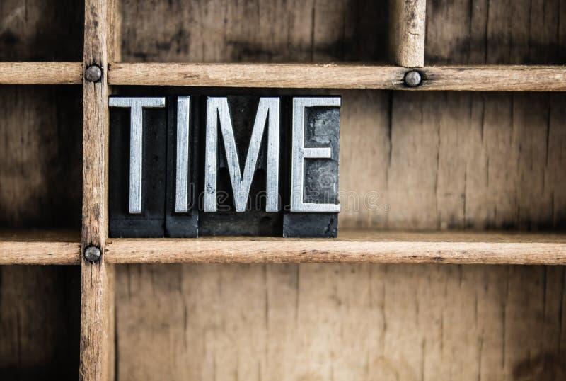 Zeit-Konzept-Metallbriefbeschwerer-Wort im Fach stockbild