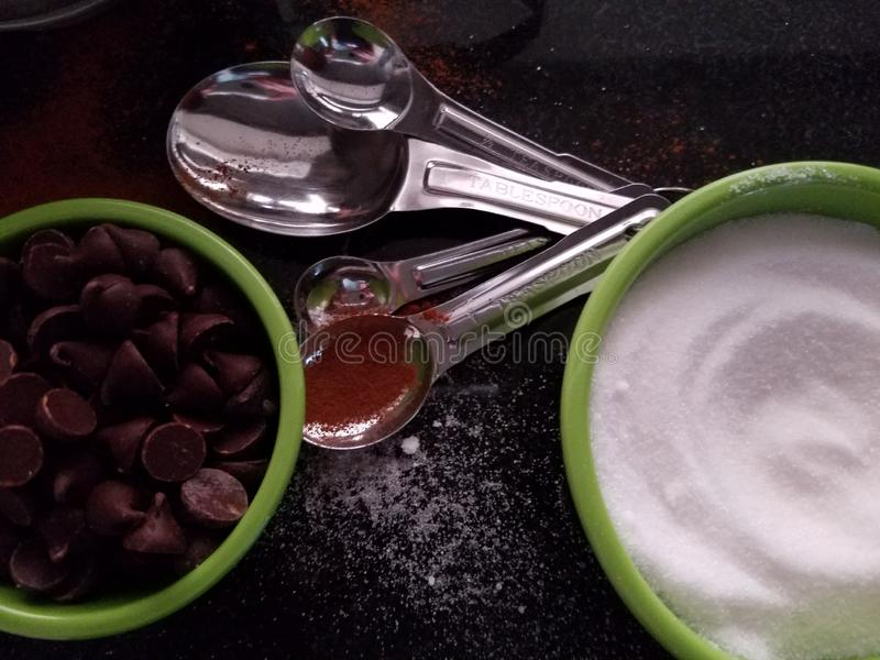 Zeit, Nahaufnahme zu backen - Backenbestandteilschokolade und verschütteten Zucker und stockfotos