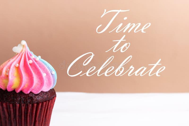 Zeit, oben zu feiern, nettes wenig weißes Herz auf Regenbogencremekleinem kuchen, Süßspeisekonzept, Abschluss stockbilder