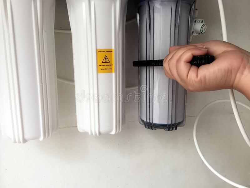 Zeit, Wasserfilter zu ändern Entfernen Sie den Filter, ihn sich zu tun lizenzfreies stockbild