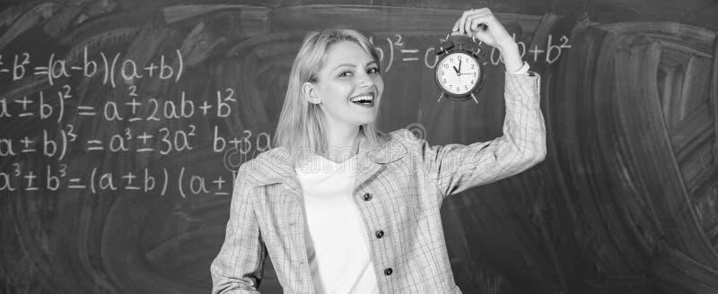 Zeit zu studieren Willkommenes LehrerSchuljahr Schauen von festgelegten qualifizierten Arbeitskrafterziehern des Lehrers Ergänzun stockfoto
