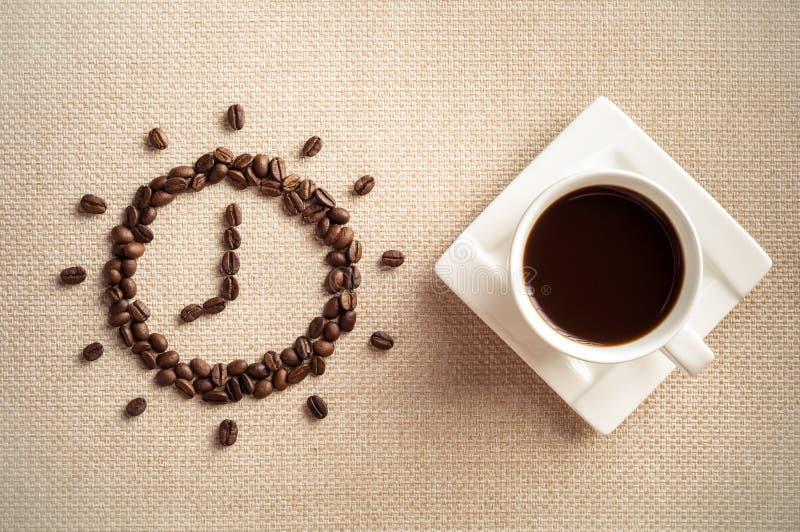 Zeit zum Kaffee, zum Tasse Kaffee und zu den Kaffeebohnen stockbild