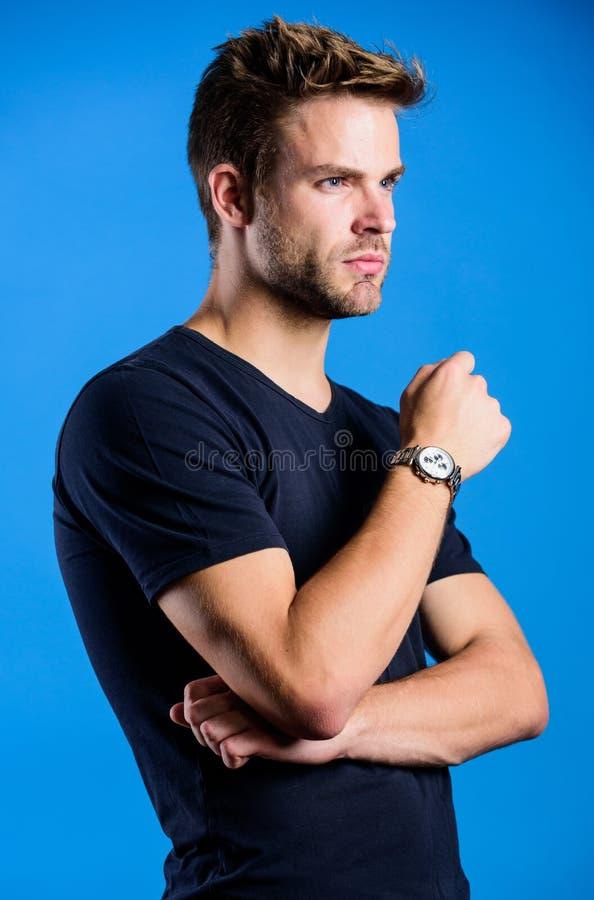 Zeit zum Nachdenken Zeitwache Guy in denim Kleidung ansehnlicher Mann Vertrauen und Charisma Modemodell lizenzfreie stockfotografie