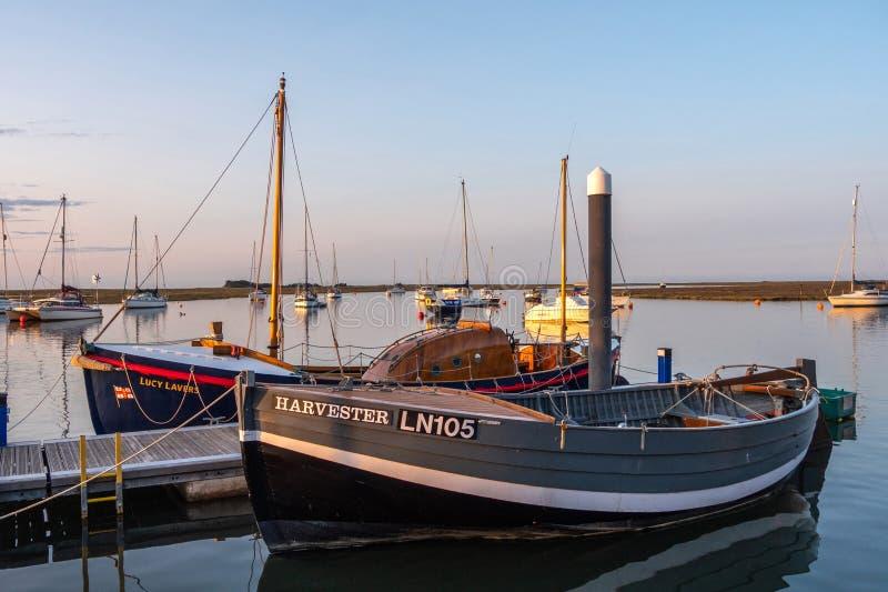 Zeiten gegangene abgelegene Boote am Liegeplatz stockfotografie