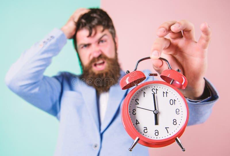 Zeitf?hrungsqualit?ten Wie viel Zeit bis Frist verlie? Zeit zu arbeiten Gesch?ftsmann-Griffuhr des Mannes b?rtige stressige stockfotografie
