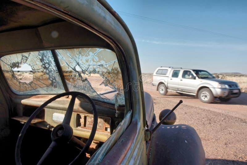 Zeitflüsse - Weinleseauto in der Wüste lizenzfreies stockbild