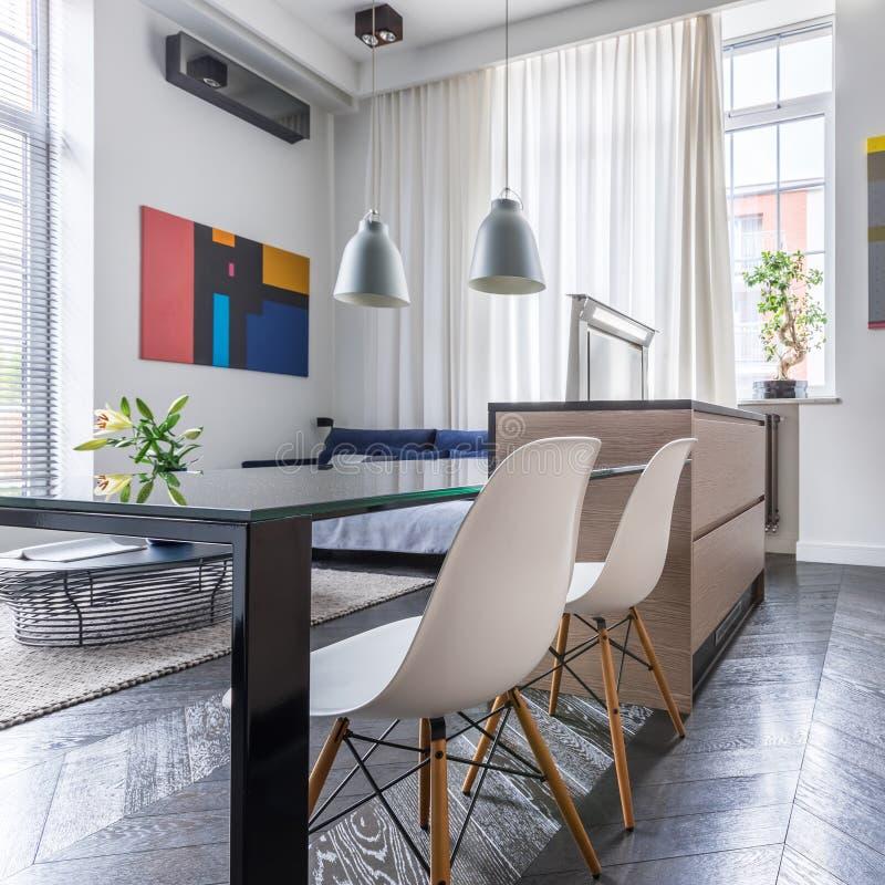 Zeitgenössische Küche mit moderner Tabelle stockfoto