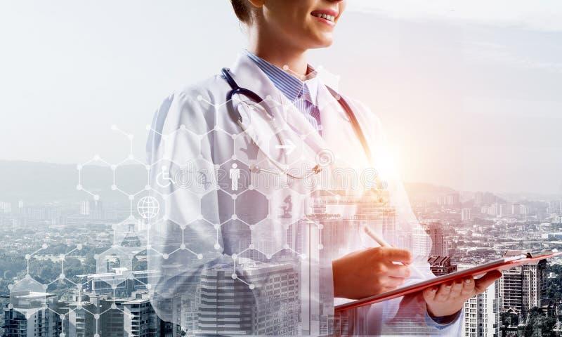 Zeitgenössische medizinische Industrie dargestellt mittels der Ärztin lizenzfreie stockfotografie