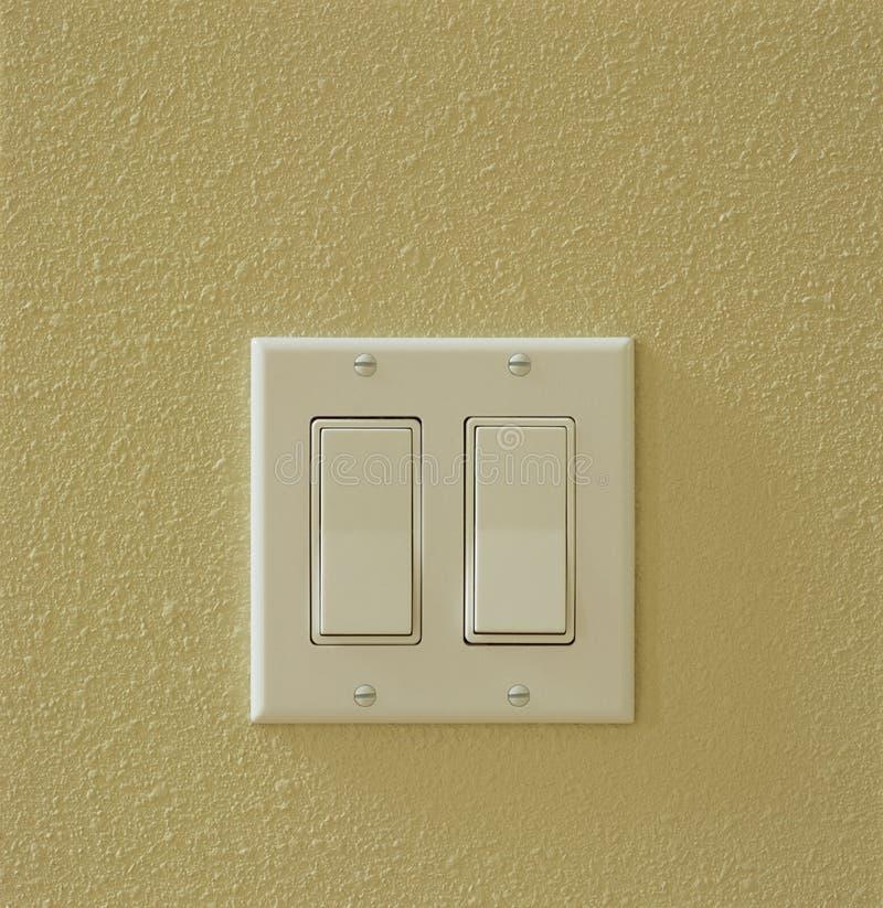 Zeitgenössische moderne elektrische Lichtschalter auf Wand Hausausgangshilfsinnendetailelemente lizenzfreies stockbild