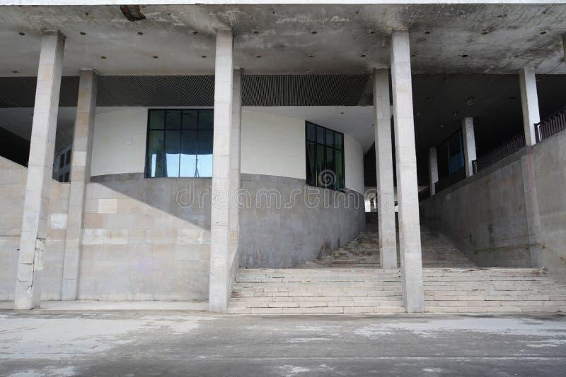 Zeitgenössische städtische Ansicht mit Gebäudehintergrund stockfoto