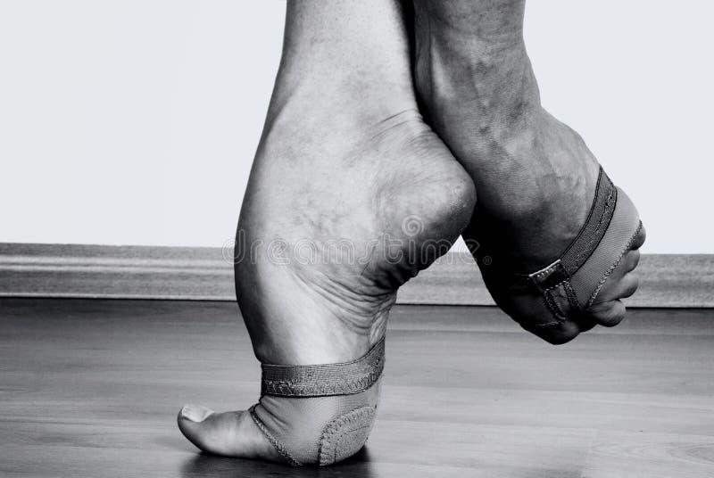 Zeitgenössische Tänzer-Füße lizenzfreies stockbild