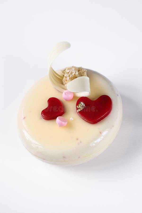 Zeitgenössischer überlagerter Jogurt-Kremeis-Kuchen lizenzfreie stockfotos