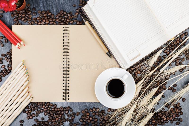 Zeitgenössischer Desktop mit Notizblock und Kaffee stockfoto