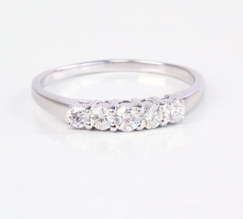 Zeitgenössischer Diamantring. stockbild