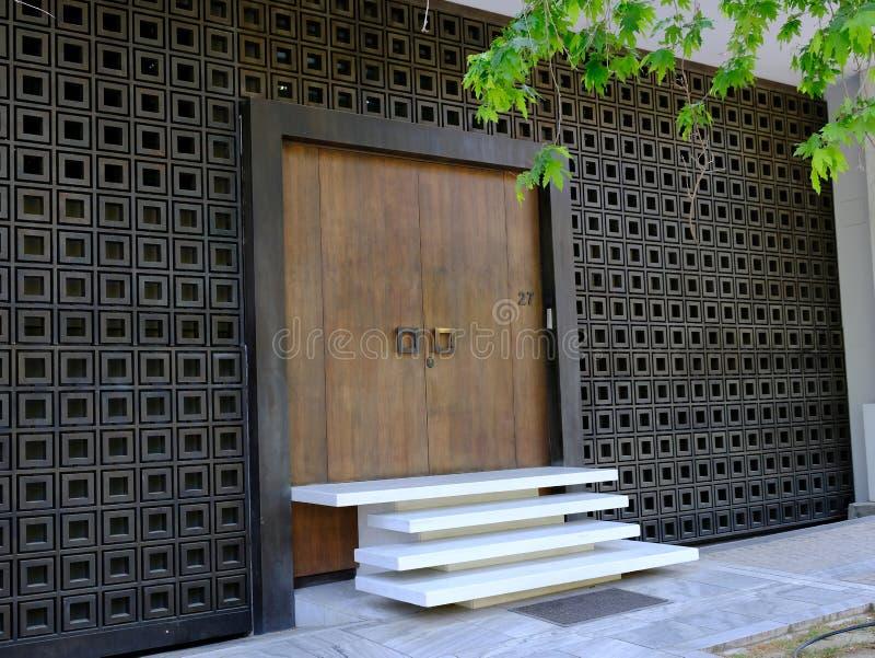 Zeitgenössischer Haus-Eingang, Athen, Griechenland lizenzfreies stockbild