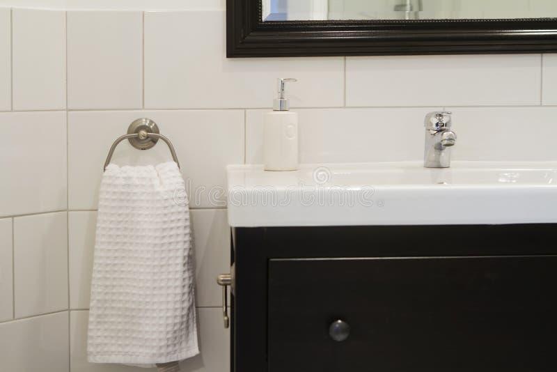 Zeitgenössisches Badezimmerbassin stockfotos