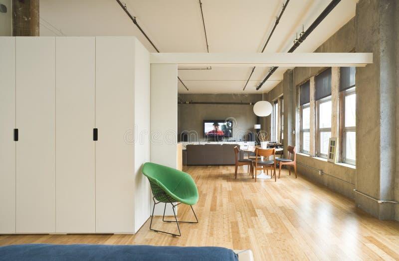 Zeitgenössisches Dachboden-Schlafzimmer lizenzfreie stockbilder