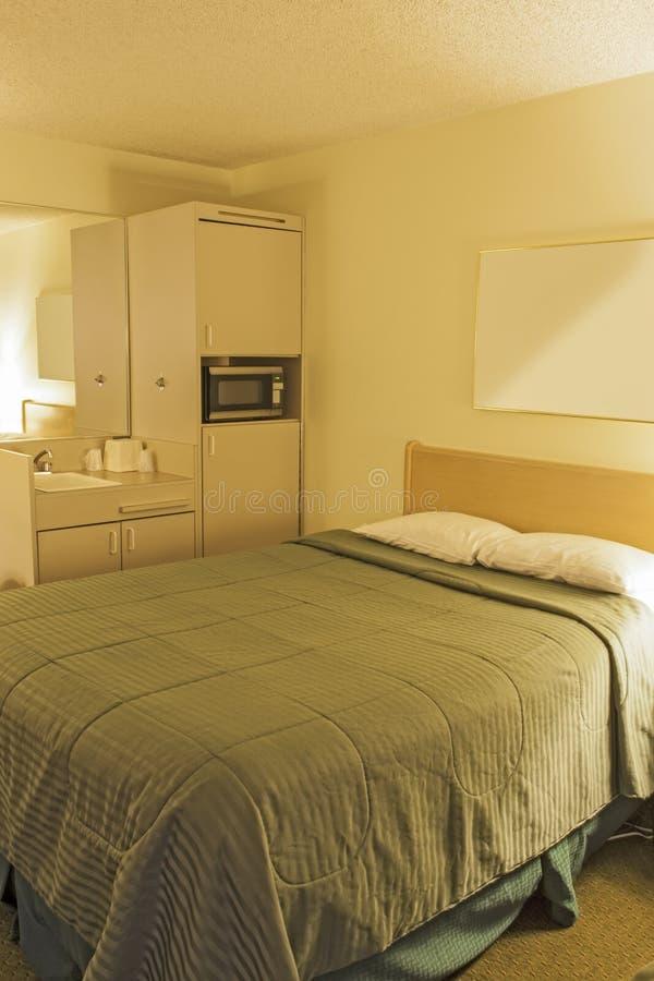 Zeitgenössisches Hotel-Schlafzimmer mit einem König Size Bed Arranged in PA stockfoto
