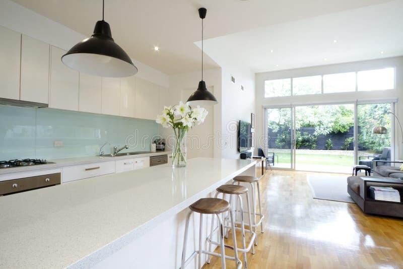 Zeitgenössisches Küchenwohnzimmer lizenzfreies stockfoto