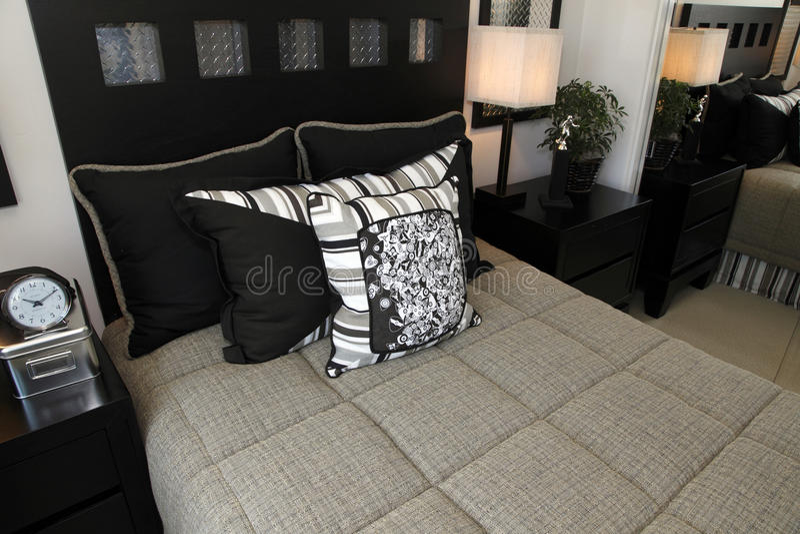 Zeitgenössisches Schlafzimmer stockfotografie