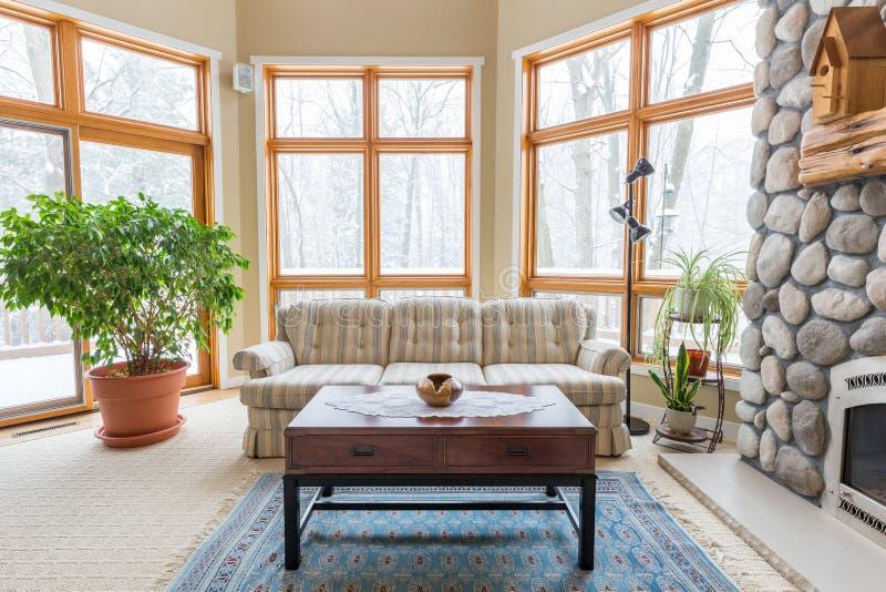 Zeitgenössisches Wohnzimmer lizenzfreie stockfotos